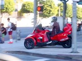 Justin Bieber nechtěl čekat v zácpě, tak se svou tříkolkou jel po chodníku.