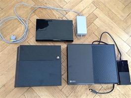 Nahoře konzole Wii U, vlevo PlayStation 4 a vpravo Xbox One