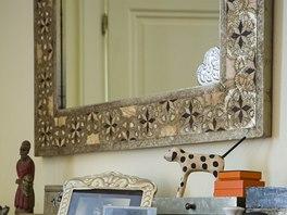 V bytě se uplatnilo několik velkých zrcadel s ozdobnými rámy, jedno z nich