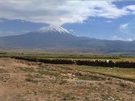 Sopečný kužel Araratu (5137 m) ční vysoko nad okolní krajinu.