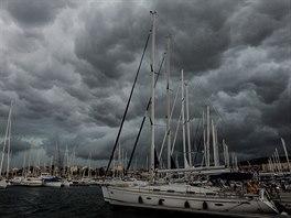 Počasí musíte na jachtě stále sledovat. Nad marinu v Šibeniku se blíží bouřka.