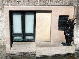 V budově banky na náměstí mají skřítci svůj vlastní vchod a také trpasličí...