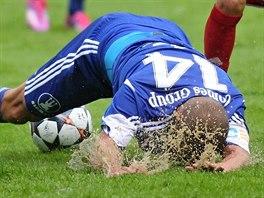 Adam Varadi z Olomouce padá v pohárovém zápase proti Velkému Meziříčí.