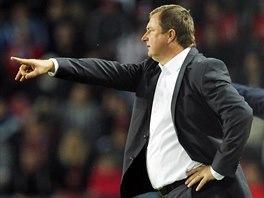 Tren�r �esk�ch fotbalist� Pavel Vrba (vlevo) a tren�r americk�ch fotbalist� J�rgen Klinsmann signalizuj� sm�rem k h�i�ti.
