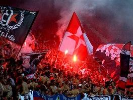 HOROUCÍ PEKLO. Slávističtí fanoušci se během přátelského utkání proti Hajduku...