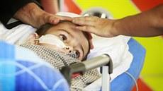 P�tiletý Ashya King p�i p�íjezdu do motolské nemocnice, kde budou chlapci lé�it...