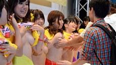 Japonsk� pornohere�ky se nechaly osahat pro charitu.