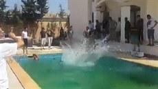 Libyjci ská�ou do bazénu na americké ambasád�.