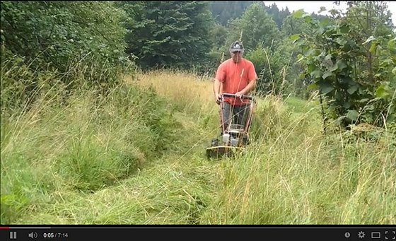 Posekání přerostlé trávy na nerovných plochách celkem snadno vyřeší bubnové...