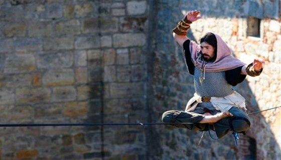 Novodobí provazochodci, slacklineři, omotají 27. a 28. září hrad Kost svými