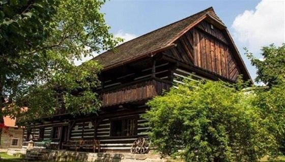 Půvabní roubený dům ve městě Sobotka, Šolcův statek, ukrývá galerii výtvarného