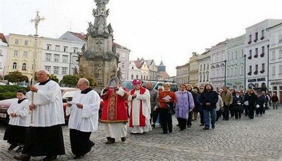 Procesí z náměstí Míru mířící na slavnostní bohoslužbu do Proboštského kostela