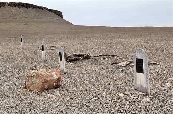 Fotka hrobů na Beecheyho ostrově