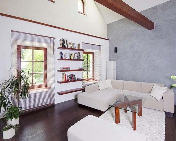 Obývací pokoj je v novější zděné části domu, na místě světnice. V nově vyzděném