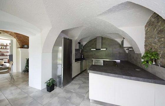 Kamenné zdivo je odkryto i v kuchyni. Cihelná klenba zde nebyla příliš