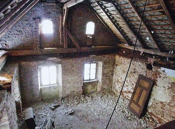 Hlavní obytná místnost měla propadlý strop, opadané omítky, chyběla podlaha...