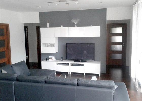 Interiér v bílé a šedé si majitelé přáli.