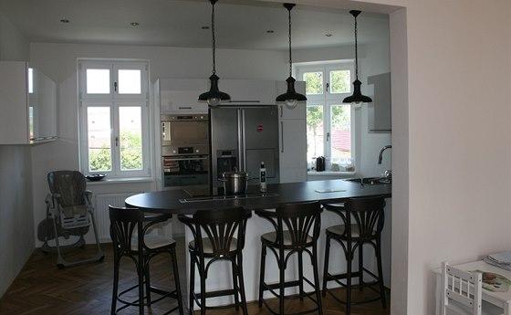 Pohled z obývací části do kuchyňské