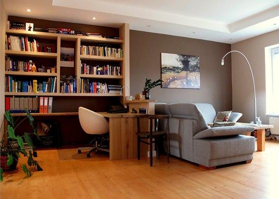 Pohled do obývacího pokoje s pracovním koutem