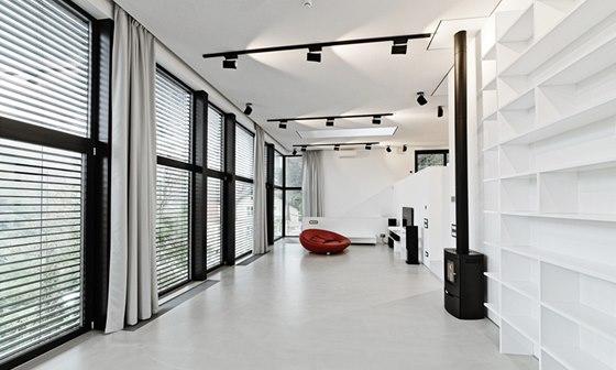 Řešení interiéru bylo předurčeno prací fotografa: 4 m vysoký strop, hodně