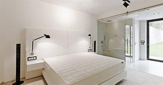 Z ložnice a koupelny vede přímý výstup na travnatou horní terasu s krásným...