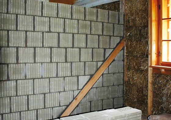 Dřevěné trámy, izolace z balíků slámy. A příčky z nepálených cihel Heluz Nature