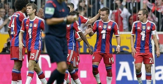 DOBŘE TY. Spoluhráči blahopřejí Mariu Götzeovi z Bayernu Mnichov ke brance...