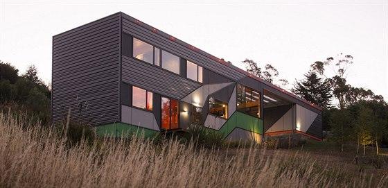 Stavba záměrně nevypadá jako typický rodinný dům. Fasáda, ale místy i...