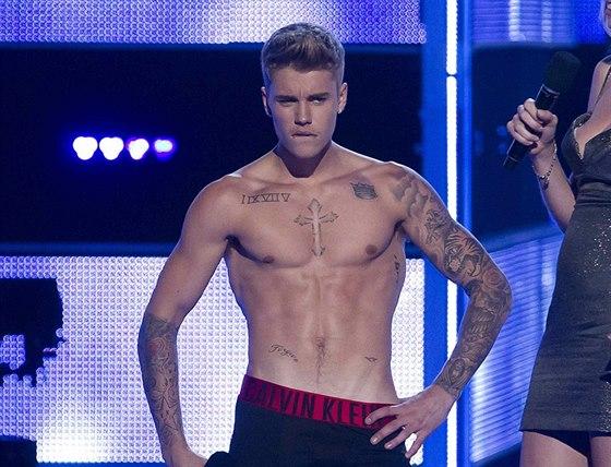 Justin Bieber se svlékl na pódiu (New York, 9. září 2014)