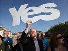 """Příznivec odtržení Skotska drží symbolické """"Ano"""" nad hlavou při projevu prvního..."""