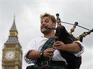 Dudák a pouliční muzikant David Whitney z Aberdeenu ve Skotsku, hraje kousek od...