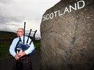 Dudák Alan Smith hraje turistům u města Carter Bar na pomezí Skotska a Anglie...