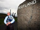 Dud�k Alan Smith hraje turist�m u m�sta Carter Bar na pomez� Skotska a Anglie...