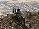 Kurdští bojovníci u vesnice Baretle nedaleko Mosulu (8. září 2014)