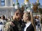 Bojovník dobrovolnického praporu Azov se v Kyjevě po návratu z bojů vítá se...