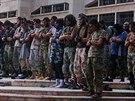 Bojovníci Islámského státu se modlí na letecké základně nedaleko syrského města...