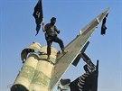 Bojovníci Islámského státu slaví dobytí letecké základny nedaleko syrského...