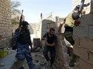 Iráčtí vojáci za pomoci místních kmenů útočí na pozice Islámského státu v...
