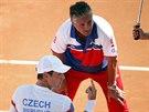 Český tenista Tomáš Berdych se baví na lavičce s kapitánem Jaroslavem...