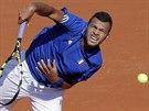 Francouzský tenista Jo-Wilfried Tsonga podává v semifinále Davis Cupu proti...