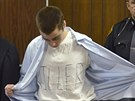 "T.J.Lane ukazuje tričko s nápisem ""Zabiják"" (u soudu 19. března 2013)"