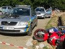 Zdrogovaný motorkář ujížděl policistům v pražských Petrovicích. Zastavil až...