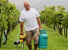 Ubráníme se. Roman Slouk s propanbutanovým dělem ujišťuje, že ve vinařství...