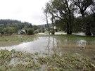I den poté voda ještě voda zcela nevyklidila pole. Opravy v Jevišovicích půjdou...