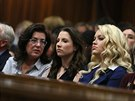 Sestra Pistoriuse (uprostřed) při pátečním čtení verdiktu (12. září)