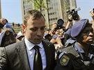 Oscar Pistorius odj�d� od soudu v Pretorii. Minim�ln� do 13. �ijna z�stane na...