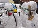 Ebola zabila v Africe u� 2 400 lid�. Humanit�rn� pracovn�ci se shoduj�, �e ke...