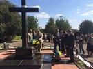 Zaorálek odhalil pamětní desku připomínající 80 volyňských Čechů zavražděných v...