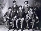 Ctihodní muži ganga Wild Bunch v roce 1900: dole zleva Harry Longbaugh (The...
