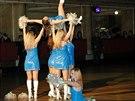 Součástí cheerleadingu jsou i zvedačky.